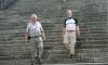 P0509 zwei Pilger auf der DomtreppeLe Puy