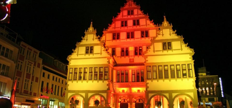 Paderborner Rathaus bunt beleuchtet